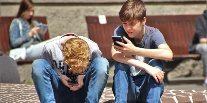 teens on cell phone